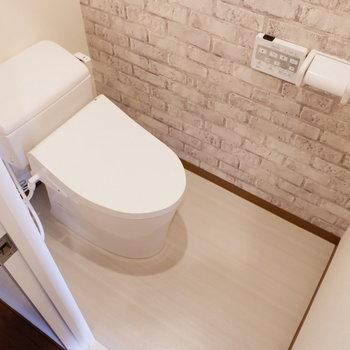 レンガ調のかわいトイレ※写真は1階の同間取り別部屋のものです