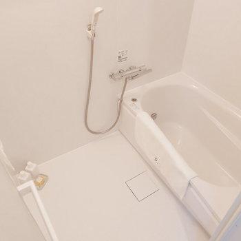 清潔感のあるお風呂※写真は1階の同間取り別部屋のものです