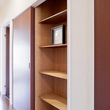 廊下にも嬉しい大きな収納!※写真は1階の同間取り別部屋のものです