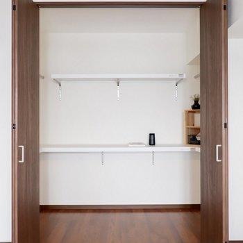 【洋室①】こちらの大きいクローゼットを仕事用のデスクにいかが?※写真は1階の同間取り別部屋のものです