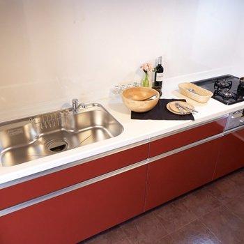 【LDK】赤いキッチンが映えていてかわいい※写真は1階の同間取り別部屋のものです