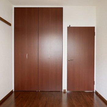 【洋室②】長押にハンガーを使えば服だって飾れます※写真は1階の同間取り別部屋のものです