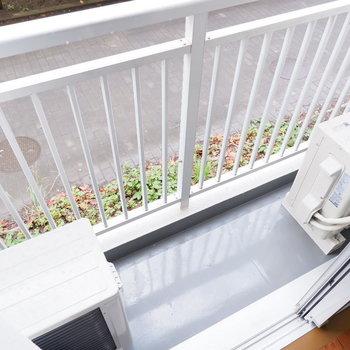 【洋室②バルコニー】コンパクトなバルコニーには観葉植物を置こうかな※写真は1階の同間取り別部屋のものです