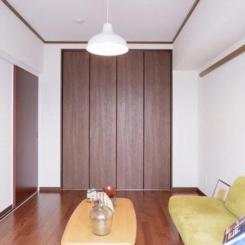 【洋室①】ベッドを置いたらデスクは無理なんじゃ。。※写真は1階の同間取り別部屋のものです