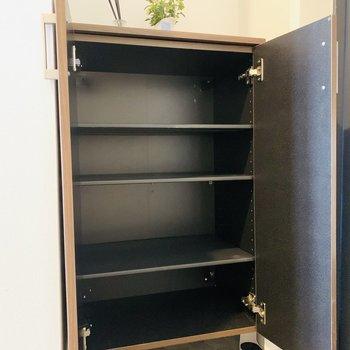 可動式のシューボックスなので、背の高い靴も収納可能。上には鍵なども置けますね。