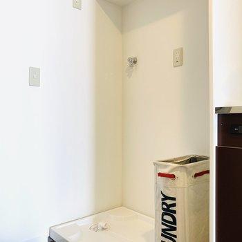 そのお隣には洗濯機置場。このモデルルームのように隣に収納などを置くといいかも。