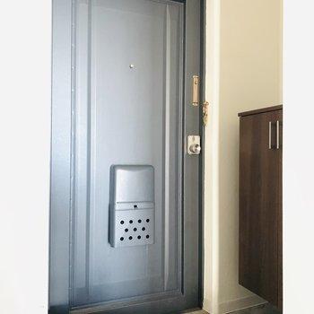 なんだか落ち着く玄関扉に、かわいい床の柄。出かける前から楽しくなりそう。