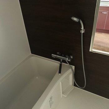 大きめのシャワーヘッドに、鏡やシャンプーホルダー、そして深めの浴槽まで。素敵なバスタイムを送れそう。