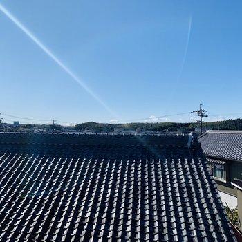 正面の眺望は素敵な瓦屋根の住宅。