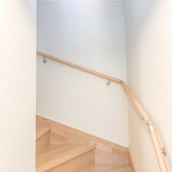 階段も自然光が入って温かみがあります