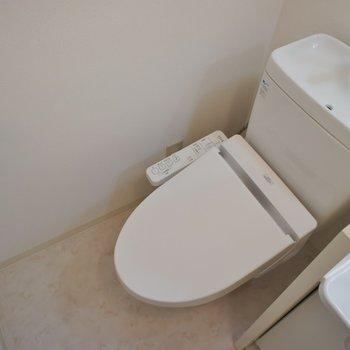 隣がおトイレ。※写真は同タイプの別部屋