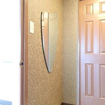 玄関には独特な形の姿見があります。