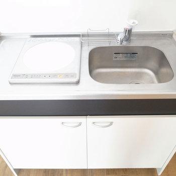 キッチンはミニサイズ。DKはゆったりめなので、カウンターも兼ねた作業台があれば使いやすくなりますよ〜。