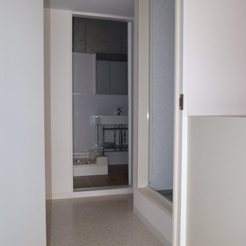 キッチンの左隣のドアを開けると、サニタリースペースです。 ※フラッシュを使用しています。
