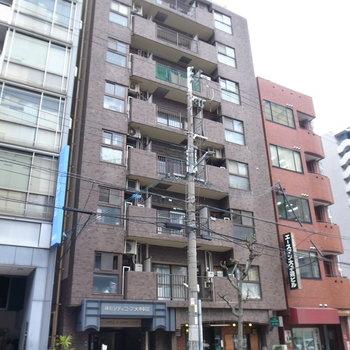 レトロマンション!古めのビルや飲食店が多い、大通りの近くに建ってます。