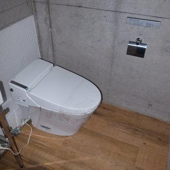 トイレはややゆとりがあります。サニタリーはコンクリートが打ちっ放しで、DKと洋室より無骨さがアップ! ※フラッシュを使用しています。