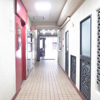 【共用部】エントランスらしいエントランスはなく、廊下の途中に管理人室やポストがあります。