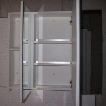 洗面台の鏡は、開くと収納になります。 ※フラッシュを使用しています。
