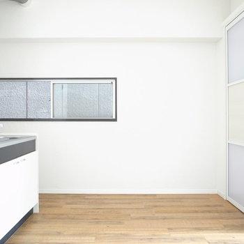 【DK】キッチンや窓枠のマットブラックで引き締まってます。鉄脚の、ブラウンの木の天板テーブルが欲しいな!