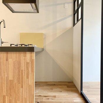 冷蔵庫は寝室とキッチンの間のスペースに。※写真は2階の同間取り別部屋のものです