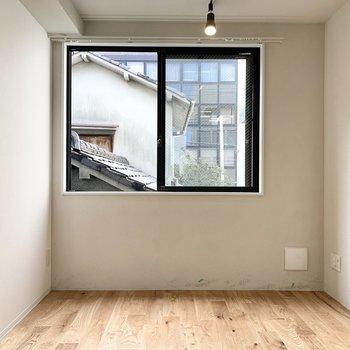 リビング側にも窓があります。※写真は2階の同間取り別部屋のものです