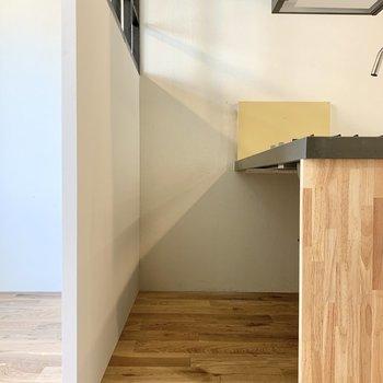 冷蔵庫はキッチンの間にすっぽりと。※写真は2階の同間取り別部屋のものです