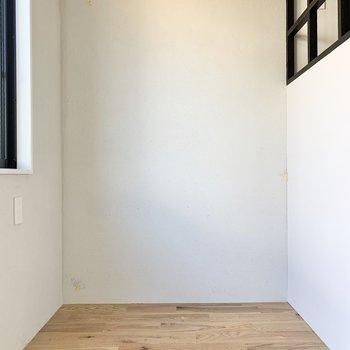 窓があるので、光を感じて目覚められます。※写真は2階の同間取り別部屋のものです