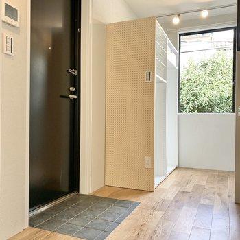 玄関はフラットになっています。※写真はクリーニング前のものです※写真は2階の同間取り別部屋のものです