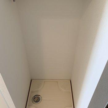 洗濯機の上には洗剤が置けるように棚があるので助かる!(※写真は3階の反転間取り別部屋のものです)