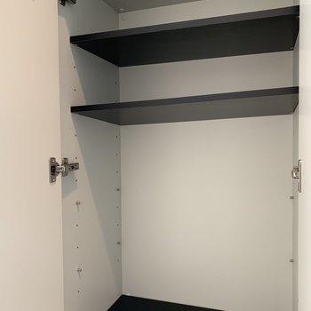 棚の位置は調節可能なので、使いやすい高さで使ってください。(※写真は3階の反転間取り別部屋のものです)