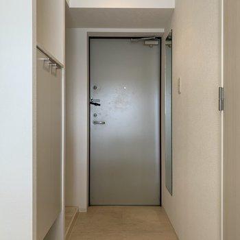 白い壁と床で明るく感じますね。(※写真は3階の反転間取り別部屋のものです)