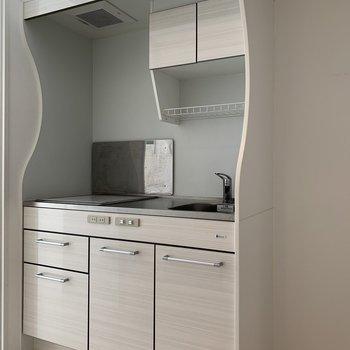 白い木目調のキッチンは清潔感がありますね!(※写真は3階の反転間取り別部屋のものです)