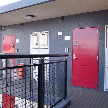 【共用部】お部屋は最上階。右手の赤いドアです。