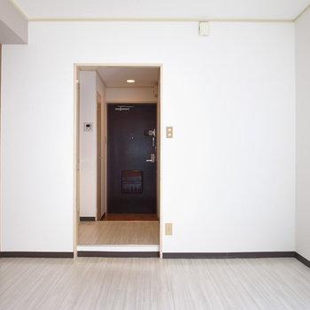 廊下とのあいだにドアはないので、お好みのファブリックで目隠しを。