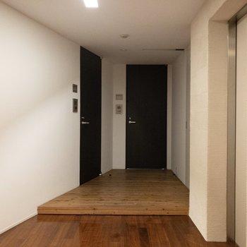 エレベーターのすぐとなりにあるお部屋です。