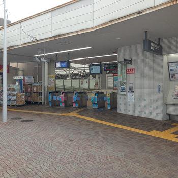 ローカル感のある荏原町駅。改札のすぐ横にドラックストアがあります。