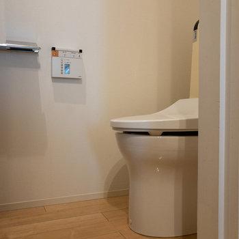 奥には個室トイレがあります。
