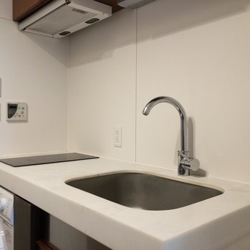 2口IHコンロです。調理スペースも確保されていますね。