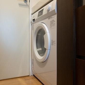 キッチンの下にはドラム式洗濯機があります。