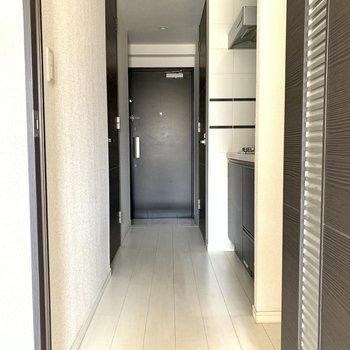 扉を開けてキッチンへ。※写真は6階の同間取り別部屋のもの・クリーニング前のものです。