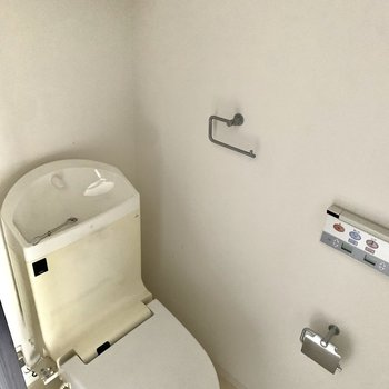 お手洗い。収納付きです。※写真は6階の同間取り別部屋のもの・クリーニング前のものです。