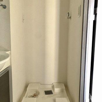 洗面台の隣に洗濯機を置きましょう。※写真は6階の同間取り別部屋のもの・クリーニング前のものです。