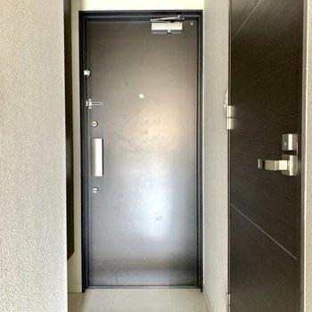 頑丈そうな黒い扉の玄関です。※写真は6階の同間取り別部屋のもの・クリーニング前のものです。