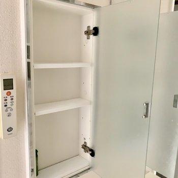 サイドの鏡は開くと収納が現れます。※写真は6階の同間取り別部屋のもの・クリーニング前のものです。
