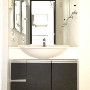 体重計などが置けそうな空間が洗面台の下にありましたよ◯※写真は6階の同間取り別部屋のもの・クリーニング前のものです。