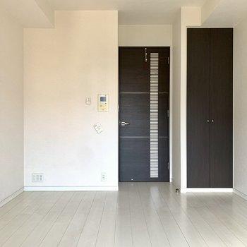 窓を背に。白と黒は締まります。※写真は6階の同間取り別部屋のもの・クリーニング前のものです。