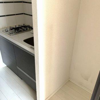 壁を隔てて冷蔵庫が置けます。※写真は6階の同間取り別部屋のもの・クリーニング前のものです。
