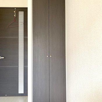 縦長のクローゼットです。※写真は6階の同間取り別部屋のもの・クリーニング前のものです。