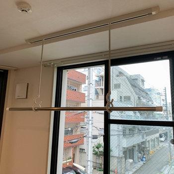 窓沿いに室内物干し。