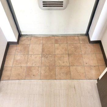 玄関は程よい広さ、並べる靴は3足くらいがベターかな。